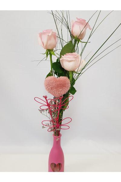 Detalle de 3 rosas rosas en jarron